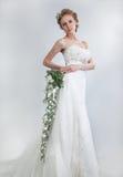 Mooie bruid blond met bloemenboeket Stock Afbeelding