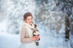 Mooie bruid in de winterbos Stock Fotografie