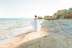 Mooie bruid dichtbij het overzees in openlucht Stock Fotografie