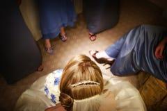 Mooie bruid die door haar bruidsmeisjes wordt omringd Royalty-vrije Stock Fotografie