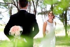 Mooie bruid die haar bruidegom bekijken Stock Foto's