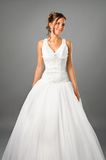 Mooie bruid die huwelijkskleding in studio draagt Royalty-vrije Stock Afbeeldingen