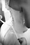 Mooie bruid die klaar in wit huwelijk worden Stock Foto