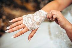 Mooie bruid die klaar in wit huwelijk worden Stock Foto's