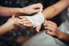 Mooie bruid die klaar in wit huwelijk worden Stock Afbeelding