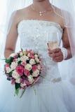 Mooie bruid die klaar in wit huwelijk worden Royalty-vrije Stock Fotografie
