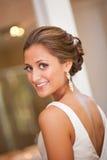 Mooie bruid die over haar schouder kijkt Royalty-vrije Stock Afbeelding
