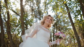 Mooie bruid die rond spinnen stock video