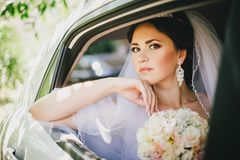 Mooie bruid in een auto Stock Foto