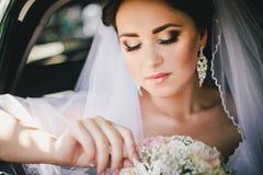 Mooie bruid in een auto Royalty-vrije Stock Foto