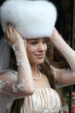 mooie bruid in een bontHoed Stock Fotografie