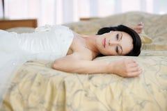 Mooie bruid in een hotelruimte royalty-vrije stock afbeelding