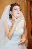 Mooie bruid in een huwelijkskleding Royalty-vrije Stock Foto's