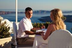 Mooie bruid en bruidegom in hun dag van het de zomerhuwelijk op Grieks eiland Santorini stock fotografie