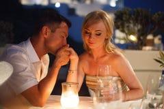 Mooie bruid en bruidegom in hun dag van het de zomerhuwelijk op Grieks eiland Santorini Royalty-vrije Stock Foto