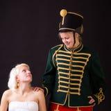 Mooie bruid en huzaar Stock Foto's