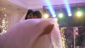 Mooie bruid en knappe bruidegom het dansen eerste dans bij de huwelijkspartij stock video