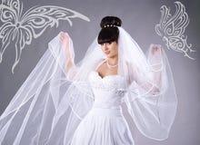 Mooie bruid en met vlinders royalty-vrije stock afbeeldingen