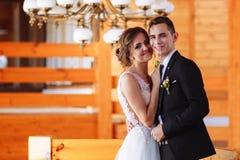 Mooie bruid en modieuze bruidegom Het schitterende Paar van het Huwelijk Luxekleding royalty-vrije stock foto's