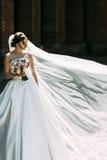 Mooie bruid in het winderige weer royalty-vrije stock afbeelding