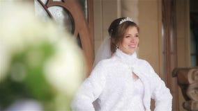 Mooie bruid in huwelijkskleding het stellen stock video