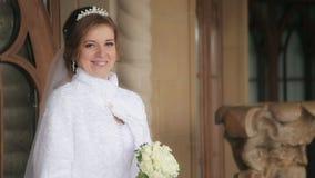 Mooie bruid in huwelijkskleding het stellen stock footage