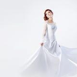 Mooie bruid in huwelijkskleding, witte achtergrond Stock Foto