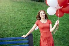 Mooie bruid met ballons in het park royalty-vrije stock foto
