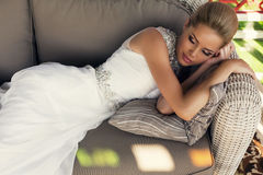 Mooie bruid met blond haar in elegante huwelijkskleding Stock Foto