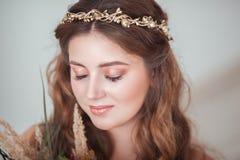 Mooie bruid met een rand op het hoofd met uw gesloten ogen stock afbeeldingen