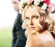 Mooie bruid met haar echtgenoot Royalty-vrije Stock Foto's