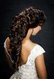 Mooie bruid met het kapsel van het manierhuwelijk Stock Foto
