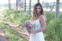 Mooie bruid met perfecte huid en verbazende groene ogen in een bos Royalty-vrije Stock Afbeelding