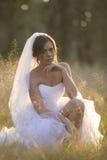 Mooie bruid in natuurlijk openluchtmilieu stock foto's