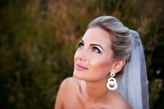 Mooie bruid op een gebied met gras Royalty-vrije Stock Fotografie