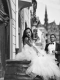Mooie bruid op houten vat Royalty-vrije Stock Afbeeldingen
