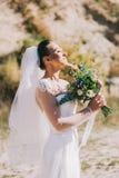 Mooie bruid in openlucht stock afbeeldingen