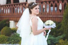 Mooie bruid in openlucht in een bos Stock Afbeeldingen