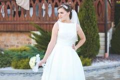 Mooie bruid in openlucht in een bos Royalty-vrije Stock Foto