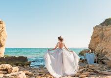 Mooie bruid in openlucht Het huwelijkskapsel en maakt omhoog in openlucht Stock Afbeelding