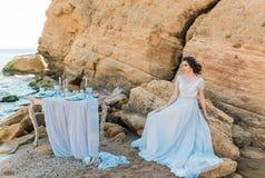 Mooie bruid in openlucht Het huwelijkskapsel en maakt omhoog Stock Foto's