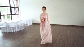 Mooie bruid in roze kleding met gekleurd boeket van verse rozen stock footage
