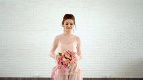 Mooie bruid in roze kleding met gekleurd boeket van verse rozen stock videobeelden