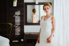 Mooie bruid in slaapkamer Royalty-vrije Stock Afbeeldingen