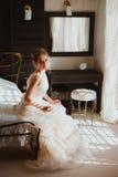 Mooie bruid in slaapkamer Royalty-vrije Stock Afbeelding