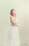 Mooie bruid status royalty-vrije stock fotografie
