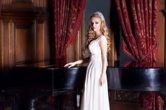 Mooie bruid in witte kleding Royalty-vrije Stock Foto's