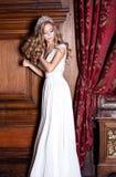 Mooie bruid in witte kleding Stock Foto