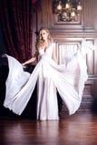 Mooie bruid in witte kleding Stock Foto's