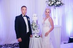 Mooie bruidegom en bruid in restaurant newlyweds royalty-vrije stock fotografie
